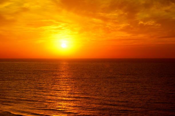 fantastico oceano e cielo al tramonto - tramonto foto e immagini stock