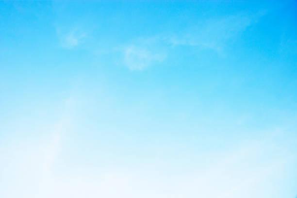 柔らかな白い雲青い空と素晴らしい。 - からっぽ ストックフォトと画像