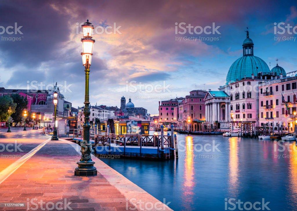 Fantastische Frühling Sonnenaufgang in Venedig mit Kirche San Simeone Piccolo. Bunter Abend-Szene in Italien, Europa. Wunderschöne mediterrane Landschaft. Reisen Konzept Hintergrund. – Foto