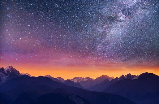 환상적인 별이 빛나는 하늘 산에 두꺼운 안개 Goulet 전달 합니다 조지아 Svaneti입니다 유럽 0명에 대한 스톡 사진 및 기타 이미지