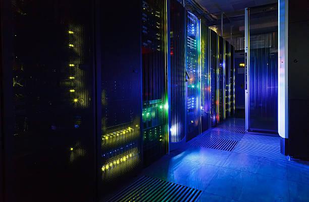 vue fantastique sur les gros ordinateur dans le centre de données rangées - présentateur photos et images de collection