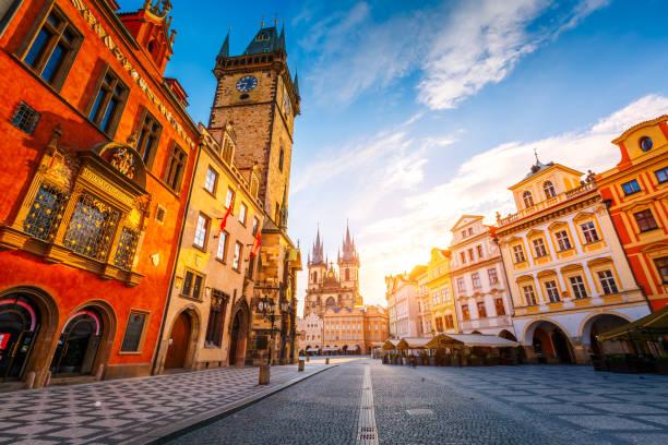 fantástica vista da praça da cidade, em praga, república checa - praga boémia - fotografias e filmes do acervo