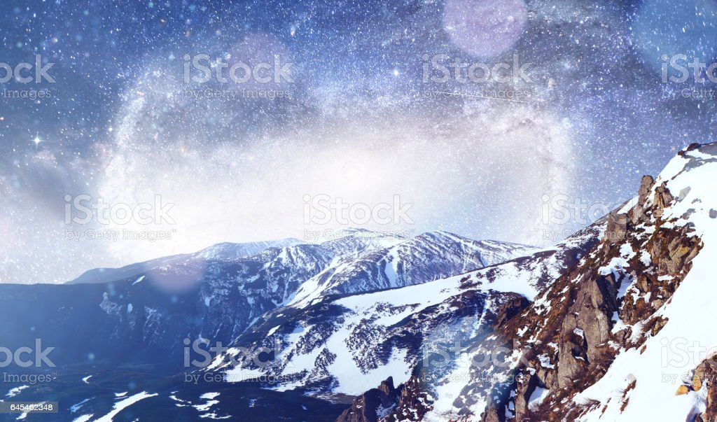 fantastic winter meteor shower and the snow-capped mountains. Dr - foto stock