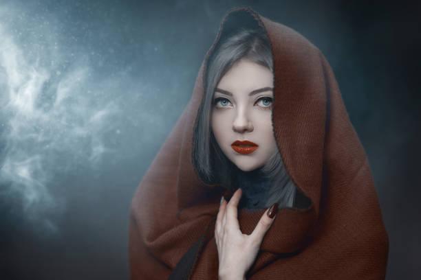 mujer de fantasía en el escondite del bosque - foto de stock