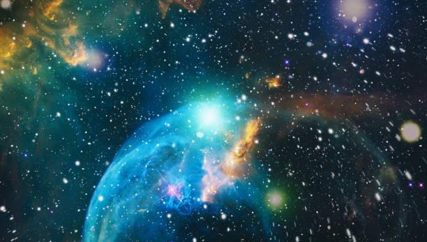 Uzaya karşı parlayan bulutsu ve yıldız alanı. Gökkuşağı renklerde nebula gece yıldızlı gökyüzü. Çok renkli dış uzay. Bu görüntünün unsurları NASA tarafından döşenmiştir. stok fotoğrafı