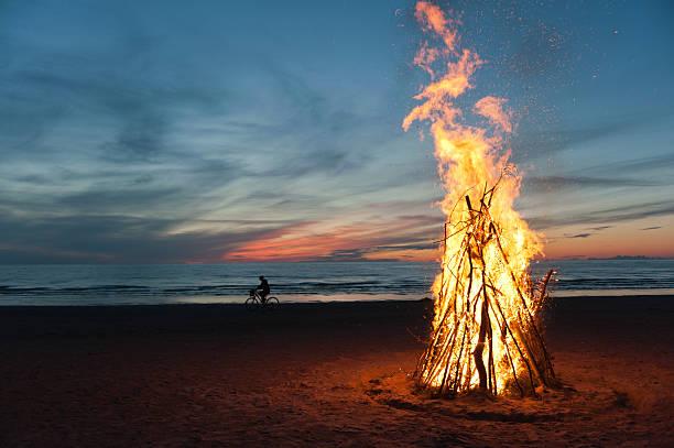 farewellsummer - falò spiaggia foto e immagini stock