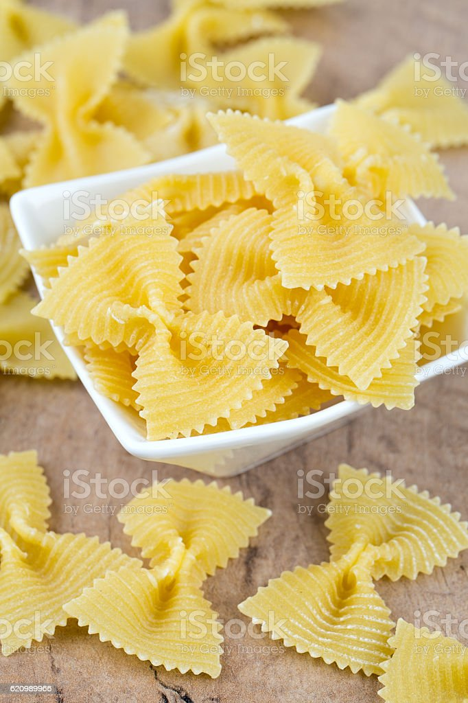 farfalle raw pasta on wooden table foto royalty-free