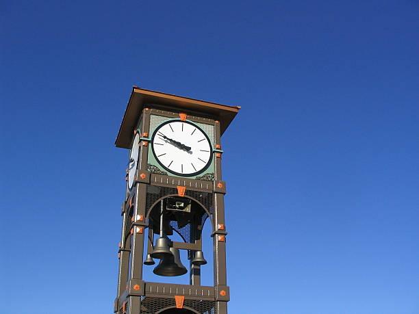 fargo clock tower - klokkentoren met luidende klokken stockfoto's en -beelden