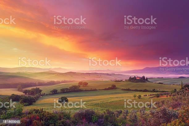 Farm in tuscany at dawn picture id181865645?b=1&k=6&m=181865645&s=612x612&h=cauk op5etj3lt4fzvcgoatnneqilpl3w0ezrdf6fjc=