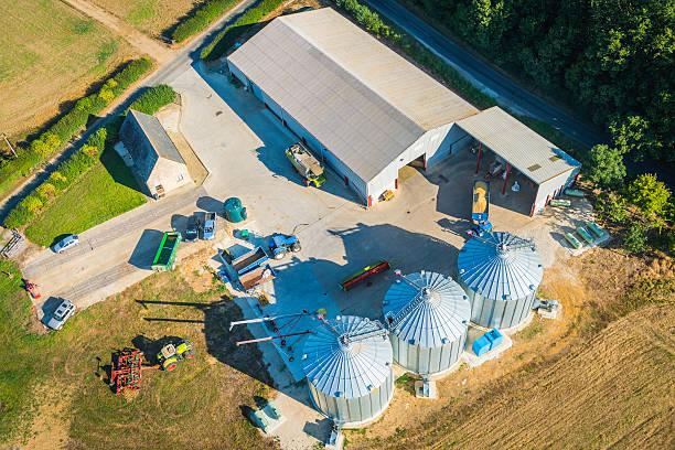Farm les dépendances barns silos tracteurs Machine agricole vue aérienne - Photo