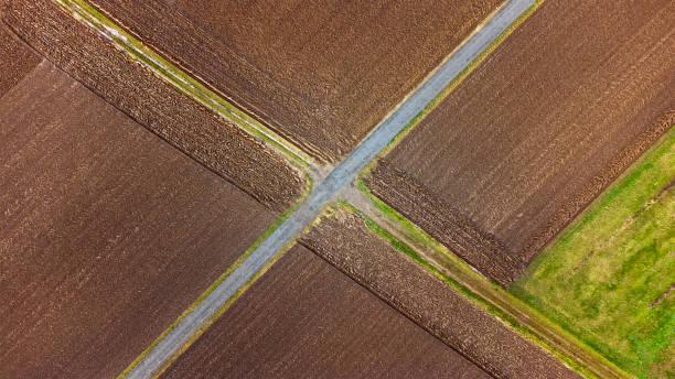 landwirtschaftliche se- und landwirtschaftsbetriebe - luftbild - aerial view soil germany stock-fotos und bilder