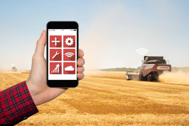 電話で農家コントロール自律ハーベスタ - リモート ストックフォトと画像