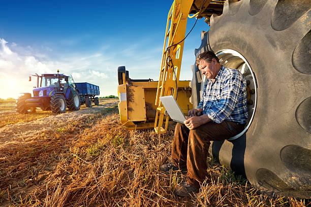농부 및 노트북 - 농업 뉴스 사진 이미지