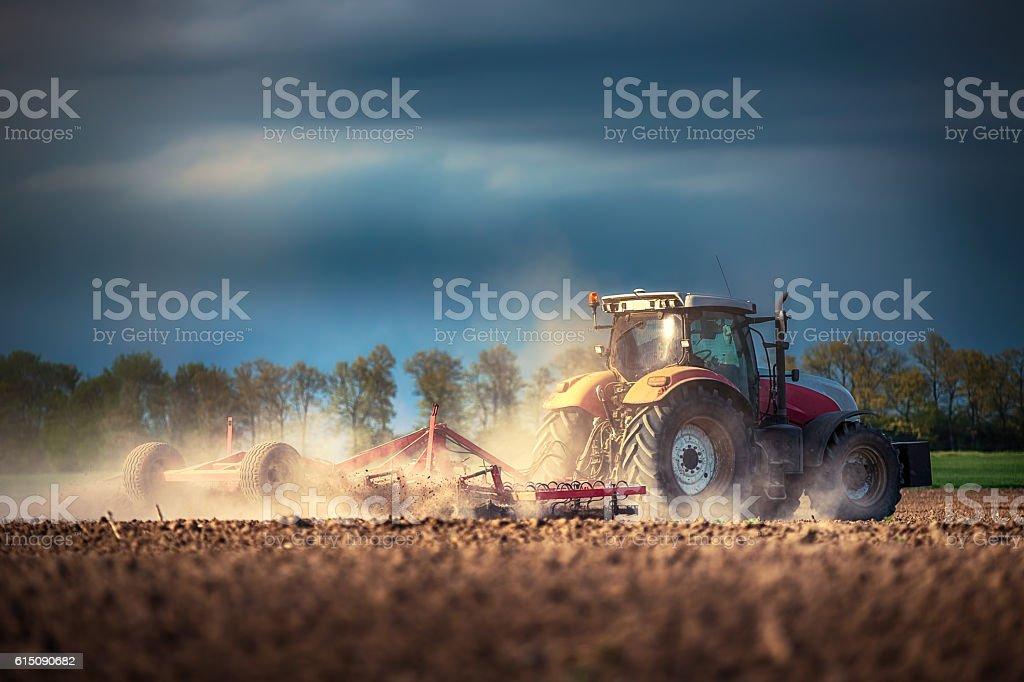 Landwirt in Traktor Vorbereitung land mit Nährboden cultivator – Foto