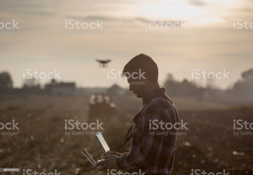Landwirt Navigation Drohne über Ackerland – Foto