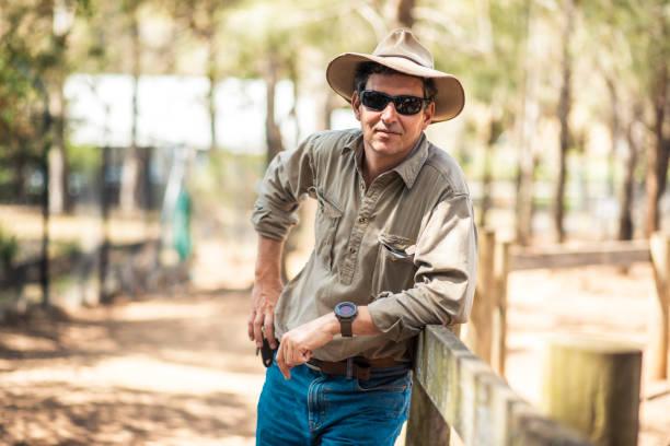 bauer auf einer australischen farm - waldhandwerk stock-fotos und bilder