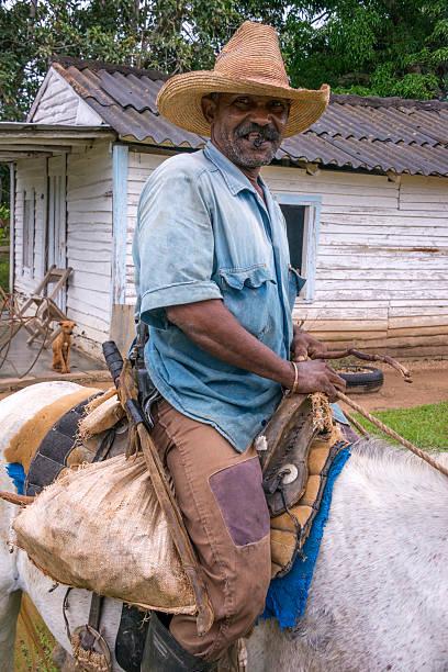 Farmer on horseback in Pinar del Rio, Cuba - foto de stock