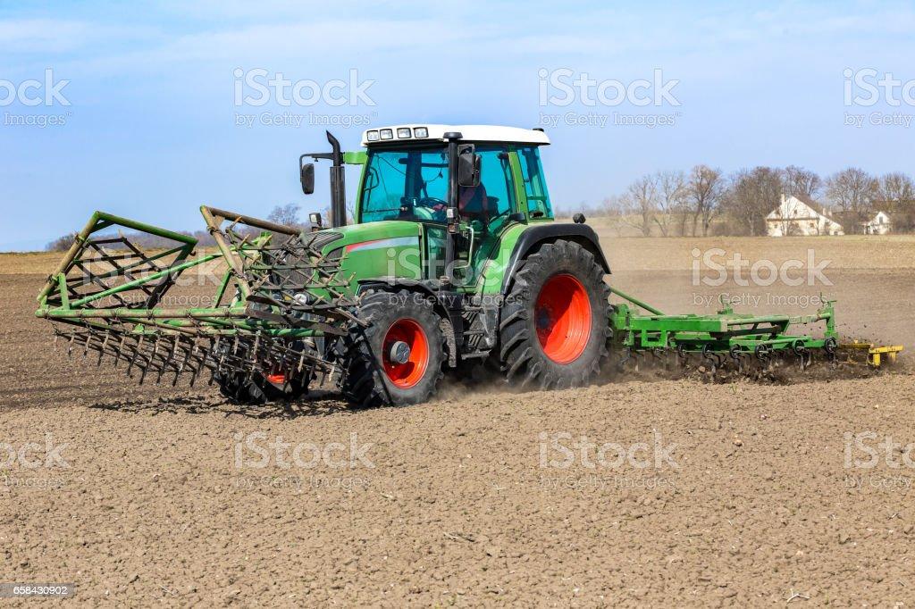 Landwirt bereitet das Feld – Foto
