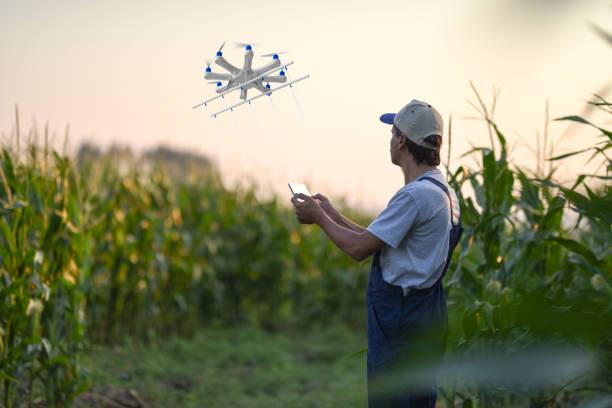 Landwirt sprühen seine Kulturen mit einer Drohne – Foto