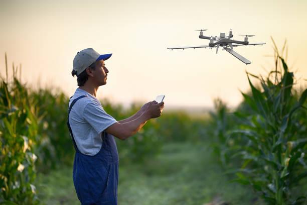 Landwirt sprüht seine Ernten mit einer Drohne – Foto