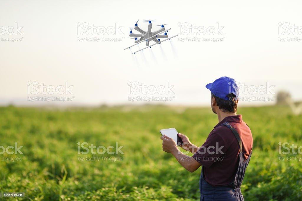 Bir dron kullanarak onun bitkileri püskürtme çiftçi - Royalty-free ABD Stok görsel