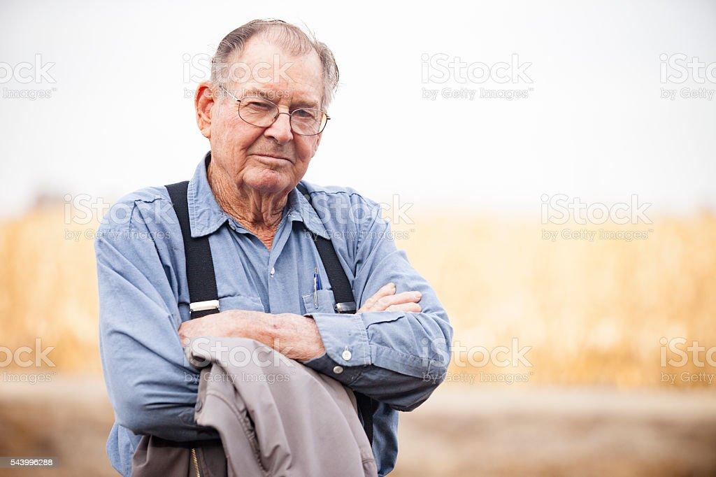 Agriculteur debout dans le champ - Photo