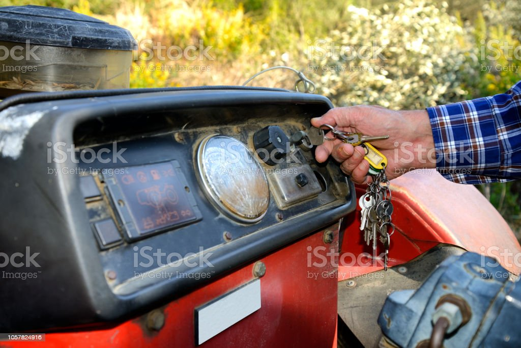 Encender El Tractor Del Granjero Foto de stock y más banco de ...