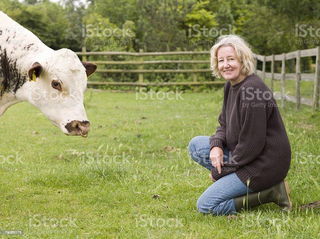 Un agriculteur avec une vache - Photo