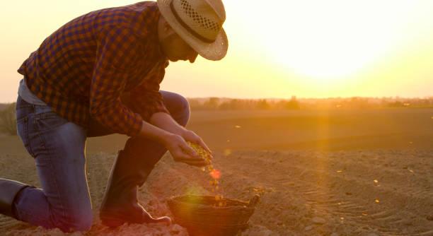 Bauer mit Maissaatgut in Korb – Foto