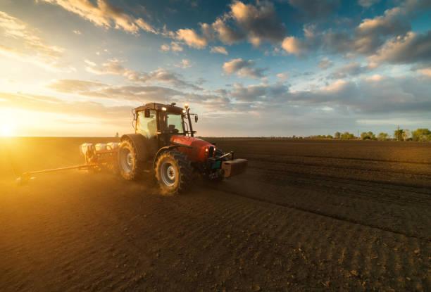 Landwirt mit Traktor Aussaat - Aussaat Kulturen auf landwirtschaftlichen Flächen im Frühjahr – Foto