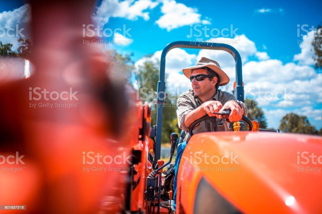 Bauer arbeitet mit harvester – Foto