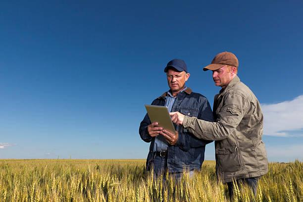landwirte und technologie - bauernberuf stock-fotos und bilder