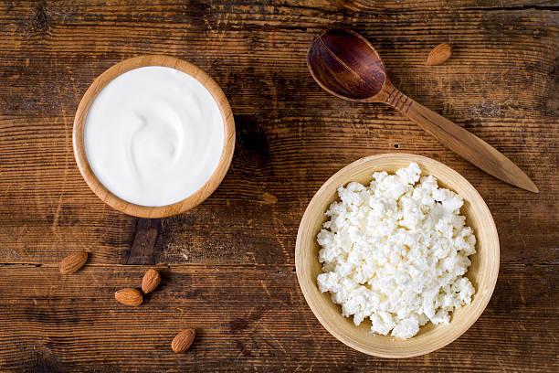 farmers dairy products yogurt and cottage cheese - quarkspeise stock-fotos und bilder