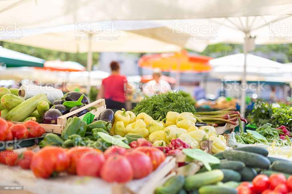 Degli agricoltori cibo affollato a Birmingham con varietà di verdure biologiche. - foto stock