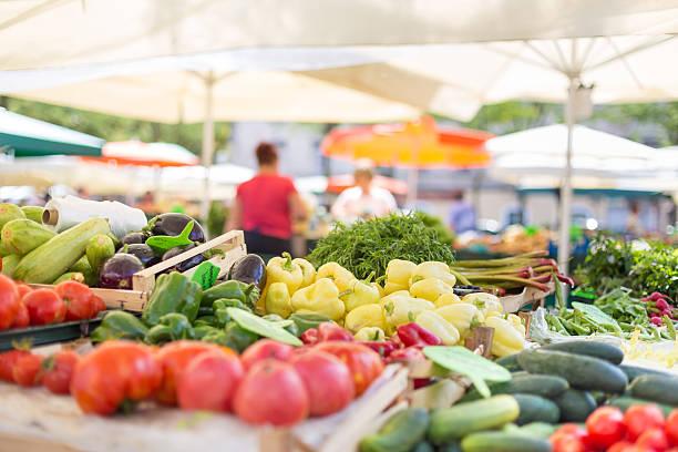 농부의 푸드마켓 부스, 다양한 유기농 채소를. - 시장 소매점 뉴스 사진 이미지
