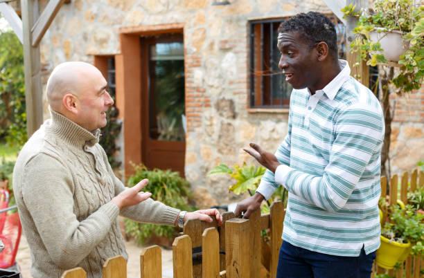 farmers friendly talking outside - vicino foto e immagini stock