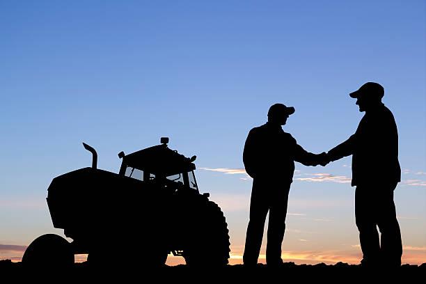 Los agricultores apretón de manos - foto de stock