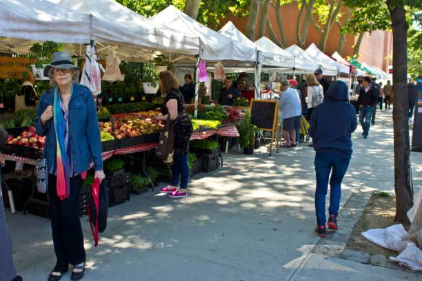bauernmarkt in brooklyn in der nähe von high line park - plane kaufen stock-fotos und bilder
