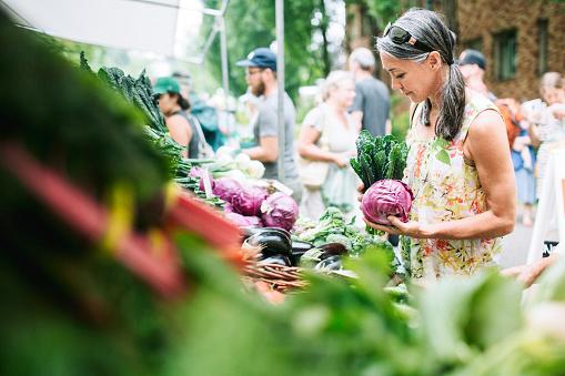 Farmers Market Shopping Frau Reiferen Alters Stockfoto und mehr Bilder von Aussuchen