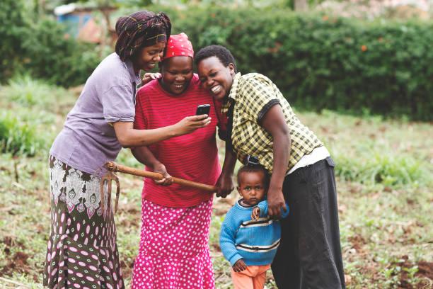jordbrukare som använder en mobiltelefon - afrika bildbanksfoton och bilder