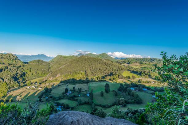 Bauernhöfe in der Landschaft des Lago Ranco – Foto