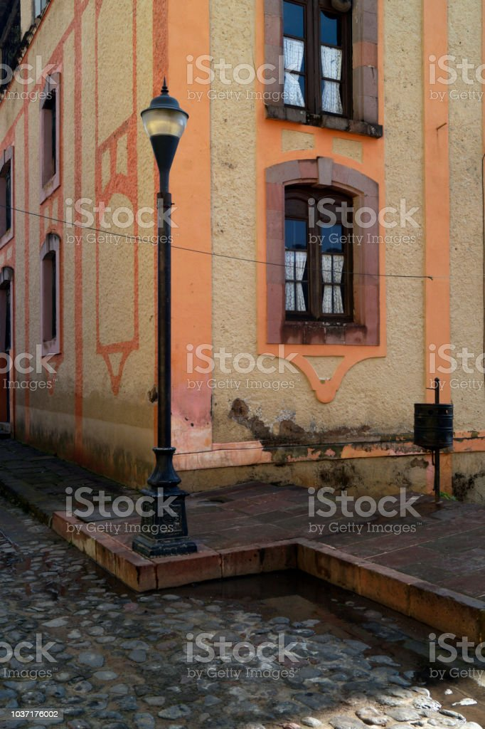 Farol en calle de piedra - foto de stock