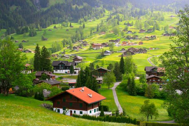 fary tale landschaft: über dem idyllischen grindelwald alpendorf stadtbild tal und wiesen, dramatische schweizer schneebedeckten alpen wetterhorn, idyllische landschaft, berner oberland, schweizer alpen, schweiz - kanton schweiz stock-fotos und bilder