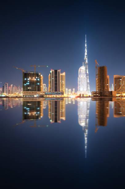 faszinierende reflexion der höchsten wolkenkratzer in business bay bezirk während ruhige nacht. dubai, vereinigte arabische emirate. - größte städte der welt stock-fotos und bilder