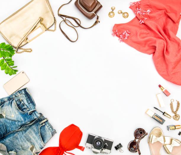 mode-accessoires-kosmetik-tasche schuhe sommerferien - damen jeans sale stock-fotos und bilder