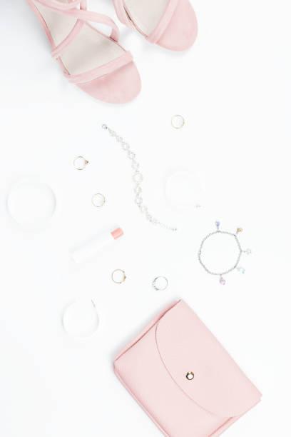 mode-accessoires, make up produkte, sandalen und handtasche auf weißem hintergrund. beauty & fashion-konzept, flach zu legen - ohrringe rose stock-fotos und bilder