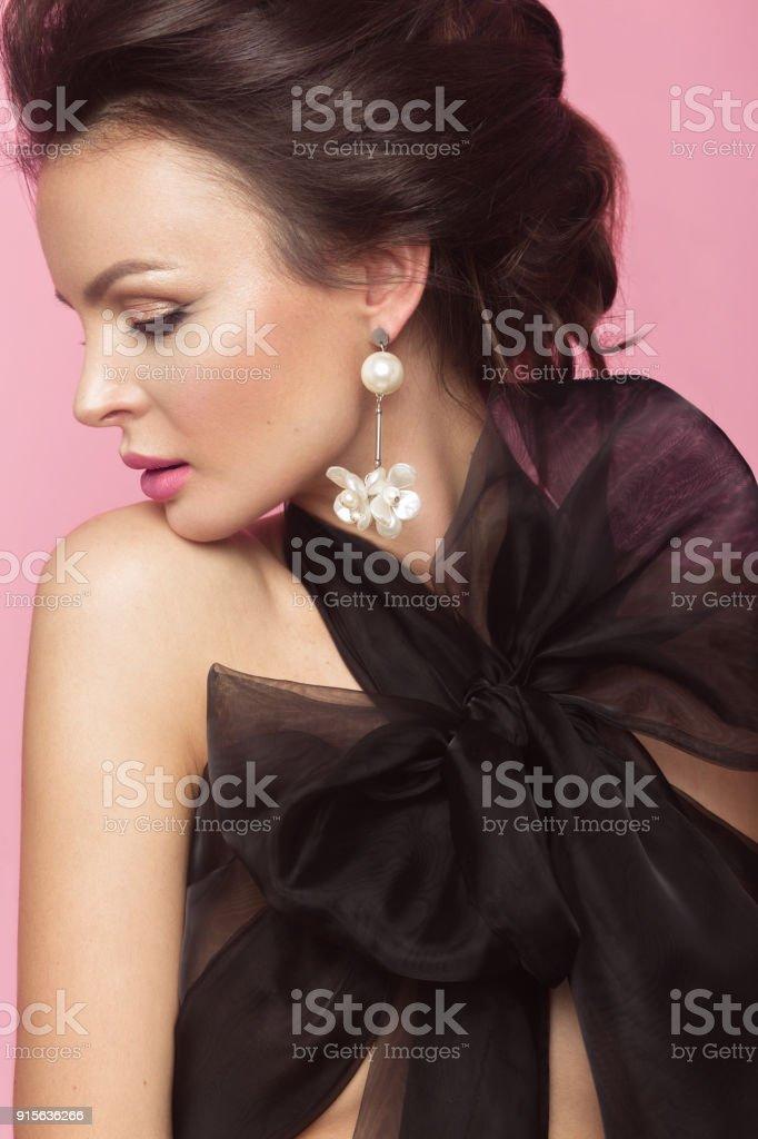 Moda Mujer Hermosa En Vestido Negro Con Lazo Retro