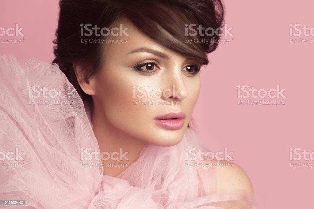 24022f156a2 Photo libre de droit de Mode Femme Belle Dans Une Robe Noire Avec ...