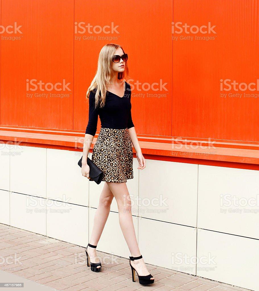 Cтоковое фото Мода красивая молодая женщина в солнцезащитные очки и беспроводной юбка с леопардовым принтом