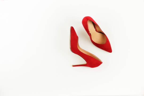 fashion blog kijken. vrouwen rode hoge hak schoenen op witte achtergrond. plat lag, top uitzicht trendy schoonheid vrouwelijke achtergrond. - hoge hakken stockfoto's en -beelden